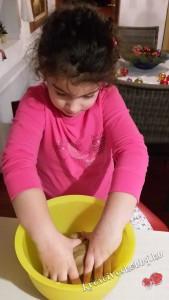 Mézeskalács: összegyúrjuk a tésztát