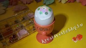 Gyöngyös hímes tojás: ragasztás a tetején