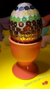 Gyöngyös hímes tojás: ragasztás az alján