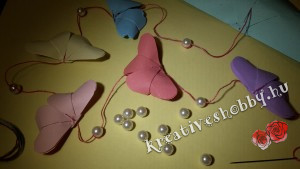 Papírlepke-füzér: gyöngyökkel együtt fűzzük fel