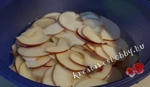 Almarózsák: az alma felszeletelése