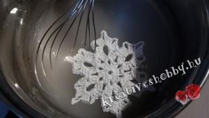 Horgolt karácsonyfadísz kikeményítése: keményítőbe áztatjuk