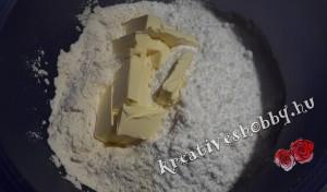 Rózsás pite: elmorzsoljuk a margarint
