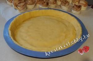 Rózsás pite: formába simítjuk a tésztát