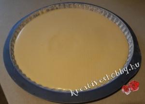 Gyümölcstorta: formába öntjük a piskóta tésztát