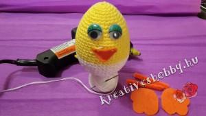 Horgolt tojáscsibe: az arcrészek rögzítése