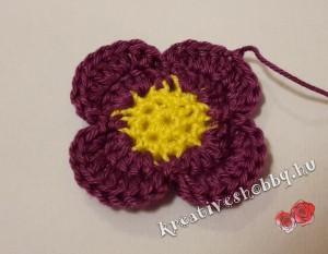 Egyszerű horgolt négyszirmú virág