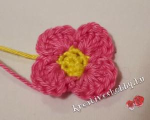 Egyszerű horgolt négyszirmú virágvirág