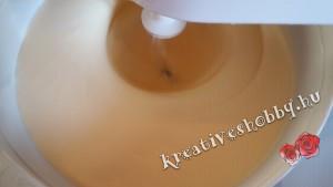 Gluténmentes piskótatekercs: hozzáadjuk a sárgáját