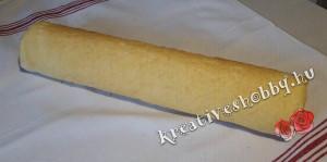 Gluténmentes piskótatekercs: feltekerjük a tésztát