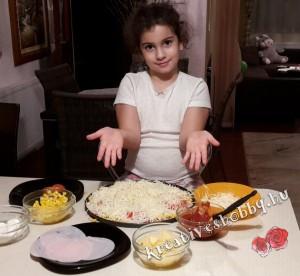 Pizza: megszórjuk sajttal
