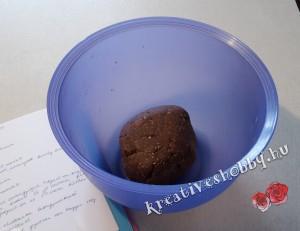 Fekete-fehér keksztekercs: összegyúrjuk a tésztát
