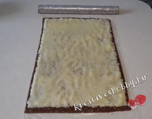 Fekete-fehér keksztekercs: rákenjük a tölteléket