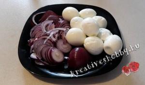 Pácolt tojás: a főtt tojás és a hagyma előkészítése