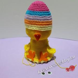 Horgolt tojásban-a-csibe: felpróbáljuk a testrészeket