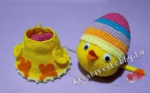 Horgolt tojásban-a-csibe: felragasztjuk a szemeket