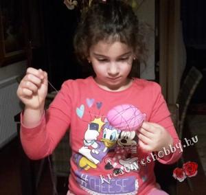 Cérna-tojás: rátekerjük a cérnát a lufira