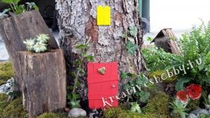 Kültéri tündérkert: az ajtó övezése borostyánnal