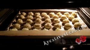 Füstölt sajtos pogácsa: kelesztjük és megsütjük