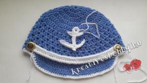 Horgolt tengerész-sapka: felvarrjuk a díszítést