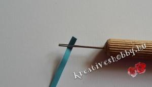 Kvilling-technika: behelyezzük a papírt a tűbe