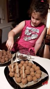 Sütinyalóka: beleszúrjuk a pálcikát
