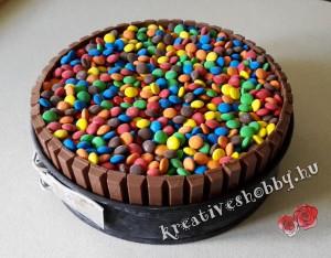 Fagyi torta: színes csokigolyó réteg