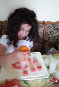 Dinnyetorta: kiszúrjuk a mintákat a gyümölcsökből