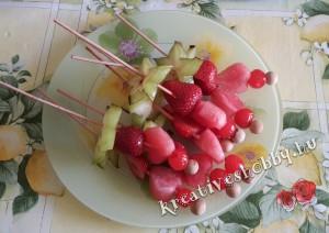 Dinnyetorta: gyümölcsnyársak