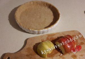 Teljeskiőrlésű almás pite: piteformába tesszük a tésztát és felszeleteljük az almát