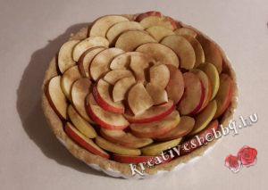 Teljeskiőrlésű almás pite: a pudingra ültetjük és megszórjuk fahéjjal az almaszeleteket