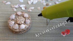 Kagylós kosárkák: ragasztópisztollyal rögzítjük a kagylókat