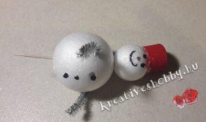 Hóemberes ajtódísz: hóember hungarocellből