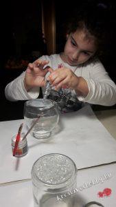 Hógömb készítés: befestjük az üveg alját