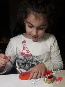 Hógömb készítés: befestjük a kupakot