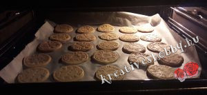 Fahéjas sütipecsétes keksz: megsütjük a tésztát