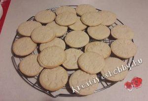 Fahéjas sütipecsétes keksz: rácson hagyjuk kihűlni