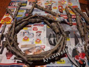 Adventi koszorú: kiválogatjuk és méretre vágjuk a faágakat