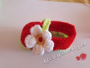 Horgolt epres kis cipő: epervirág