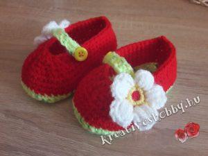 Horgolt epres kis cipő