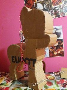 Unikornis-piñata: a karton alap elkészítése