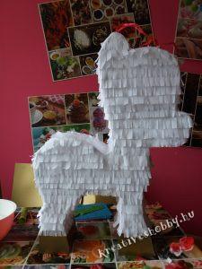 Unikornis-piñata: a bevonása krepp papírral