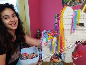 Unikornis-piñata: Jázmin megtölti édességekkel