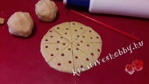 Sajtos sós süti: kinyújtjuk és megformázzuk